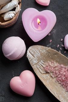ピンク点灯ろうそくと石鹸のクローズアップ