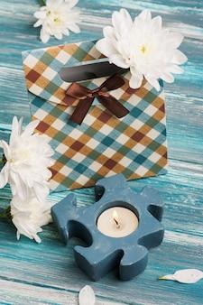 Подарочная коробка с зажженной свечой
