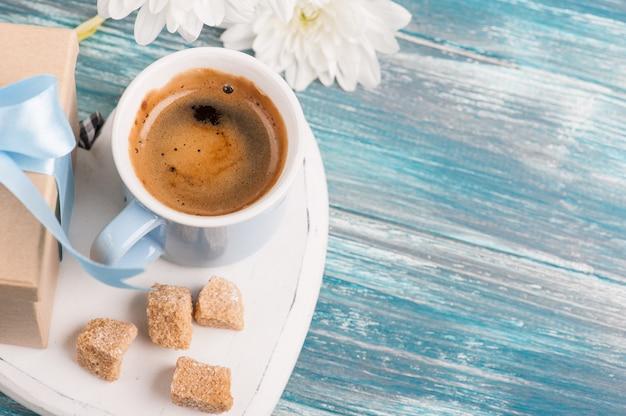 ブラックコーヒーの青いマグカップ