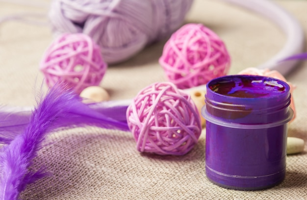 紫色の塗料、木製ビーズ、羽