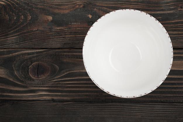 木製のテーブルの上の空のプレート