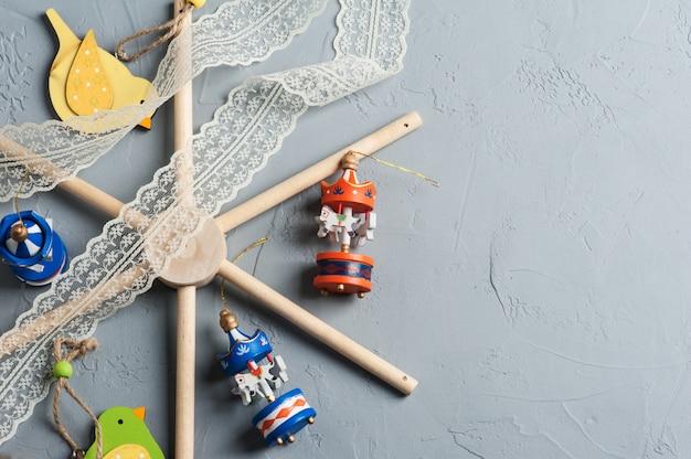 木製のカラフルな鳥とベビーベッドモバイル