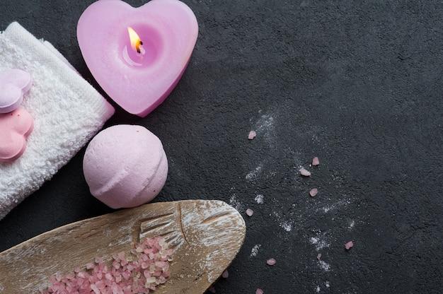 ピンク点灯ろうそくとお風呂爆弾のクローズアップ