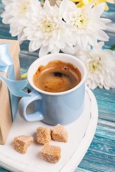 Синяя кружка черного кофе