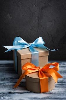 Синий и оранжевый бант с подарочными коробками ручной работы