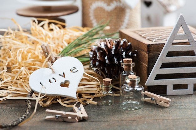 クリスマスプレゼントの包装、木製のヴィンテージのおもちゃ