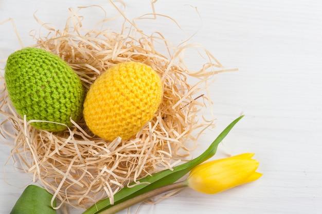 Зеленые желтые вязаные пасхальные яйца