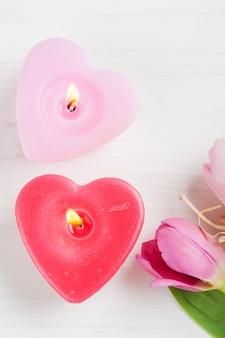 赤ピンクのハートのキャンドルとチューリップ