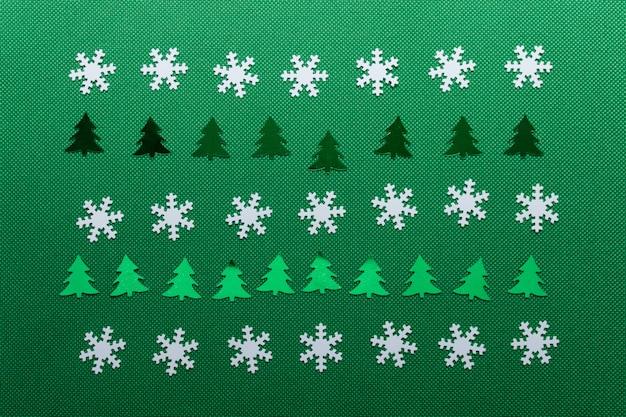 白い雪と緑の木々のクリスマスのパターン