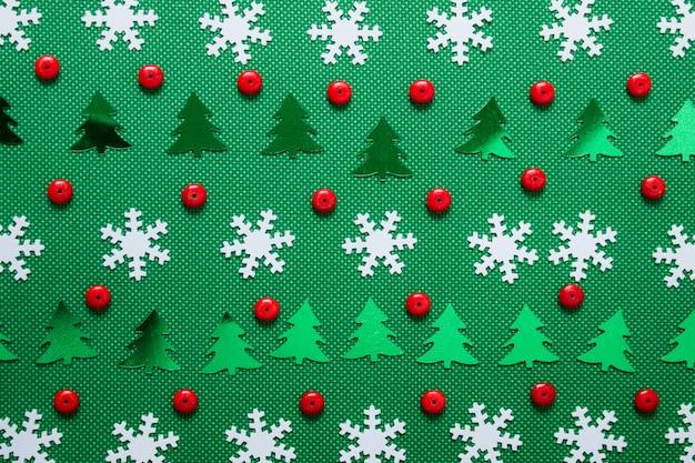 白い雪、緑の木々、赤いビーズクリスマスパターン