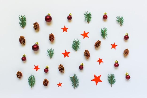 コーン、星、白い背景上のボールとクリスマスのパターン