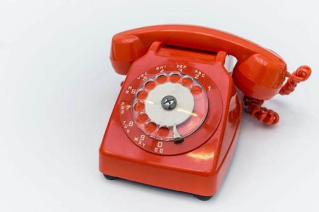 昔ながらの赤い回転式電話