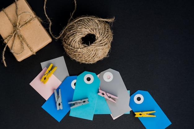 Подарочные коробки ручной работы, завернутые в крафт-бумагу с бумажной карточкой, веревкой и деревянными прищепками для украшения.