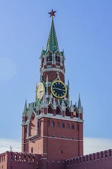 モスクワの赤の広場のクレムリンの道のりで植生タワー