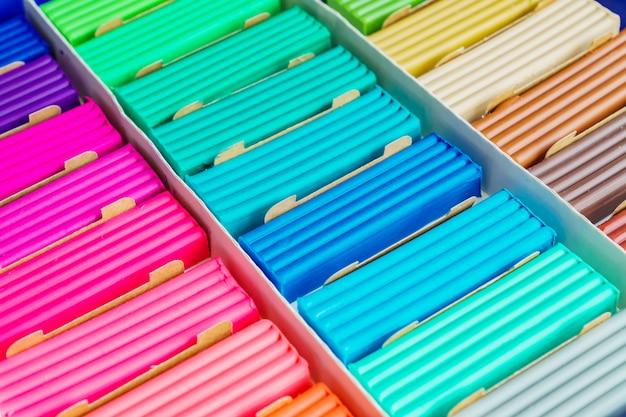Радужные цвета лепки из глины. разноцветные пластилиновые бруски ина, фоновая текстура