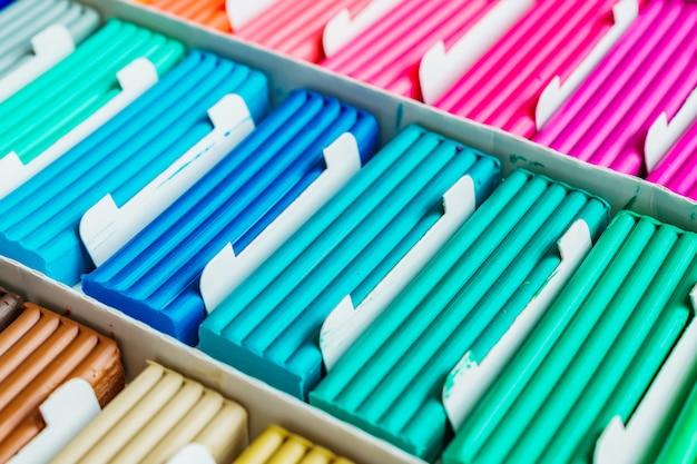 Радужные цвета лепки из глины. разноцветные пластилиновые батончики в коробке