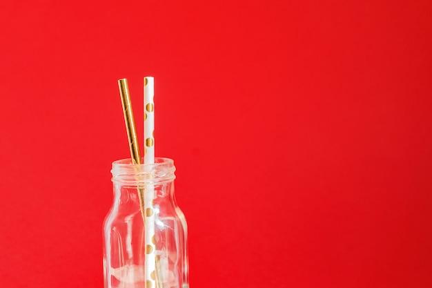 廃棄物ゼロ。赤のガラスヴィンテージボトルで紙リサイクル可能なカクテルパーティーストロー