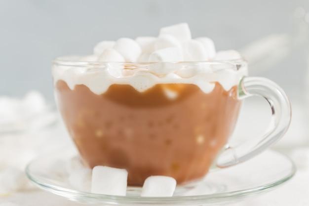 マシュマロと熱いおいしいココアドリンクのカップのクローズアップ。