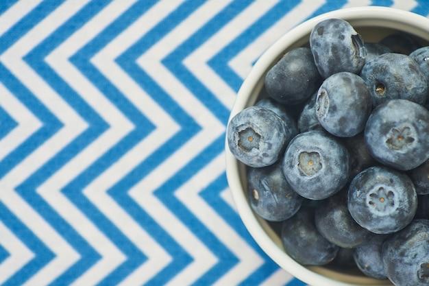 青い繊維のブルーベリーボウルのトップビュー