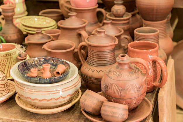 テーブルの上の粘土陶器をクローズアップ