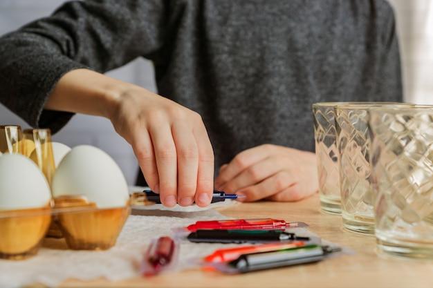 イースターの卵を着色幼児男の子。イースター、家族、休日の概念
