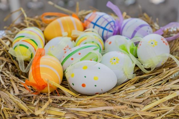 Соломенное гнездо с пасхальными яйцами. праздничное оформление к праздникам