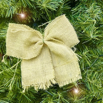 Холст лук и гирлянда привело на елку. рождество и новогодний фон