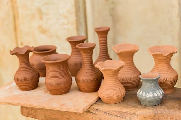 木製のテーブルにさまざまな土鍋