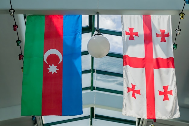 ジョージアとアゼルバイジャンの国旗が天井にぶら下がっています。