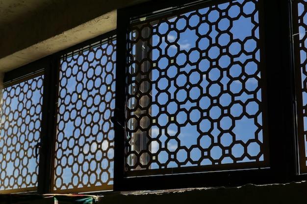 内側から、金属製の東洋飾り付きの窓
