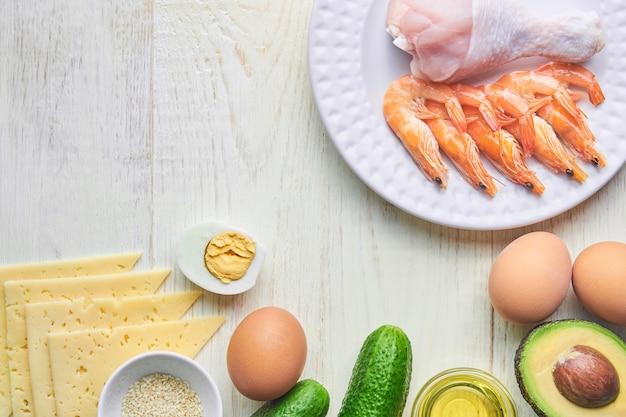 コピースペースとケトジェニック低炭水化物ダイエットコンセプト。健康的な脂肪を多く含む健康でバランスの取れた食品。心臓のダイエット