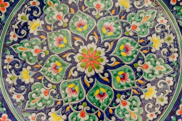 Традиционная узбекская керамическая посуда, тарелка в качестве фона