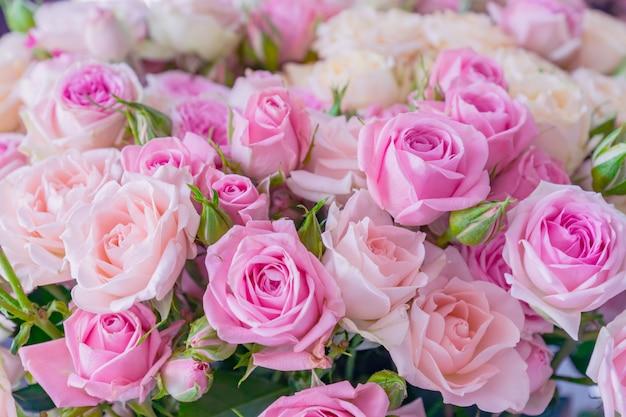 ピンクと白のバラの花束。花柄。