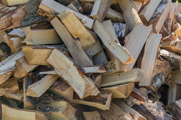 乾いた薪の積み重ね。家を暖めるために冬に備えて。