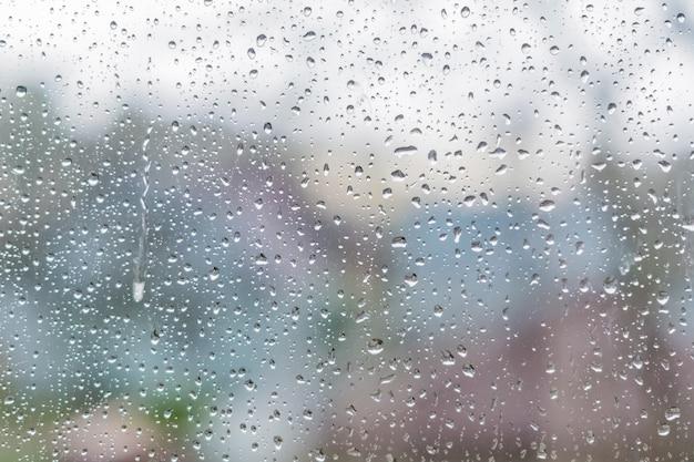 窓からすに雨の滴。抽象的なテクスチャ。