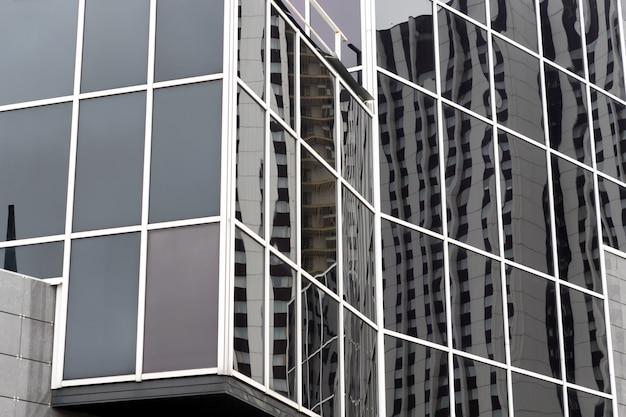 Фрагмент из стекла и металла современного здания. бизнес офисный экстерьер.