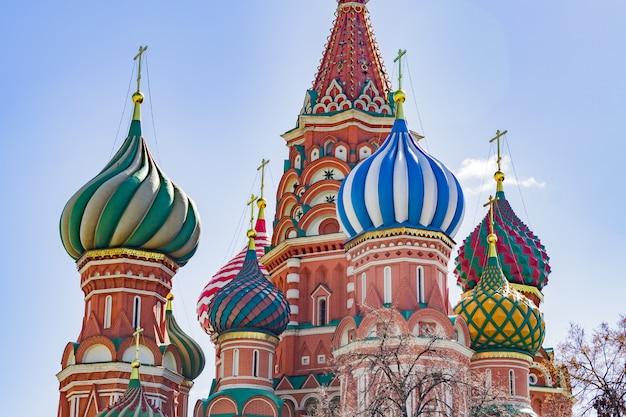 モスクワの赤の広場の聖バジル大聖堂。