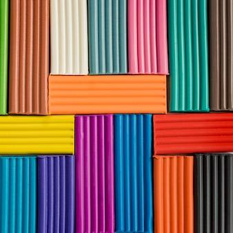 モデリング粘土の虹色。色とりどりの粘土バーの背景。