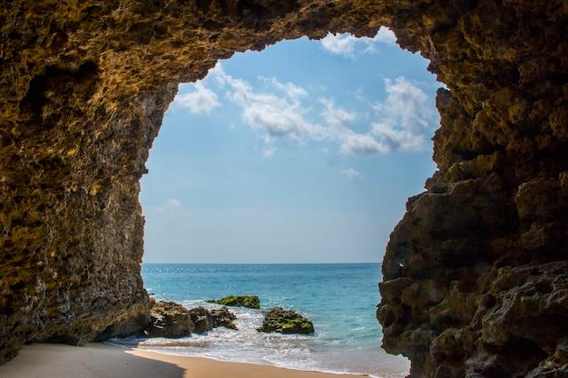 美しいビーチの洞窟の眺め