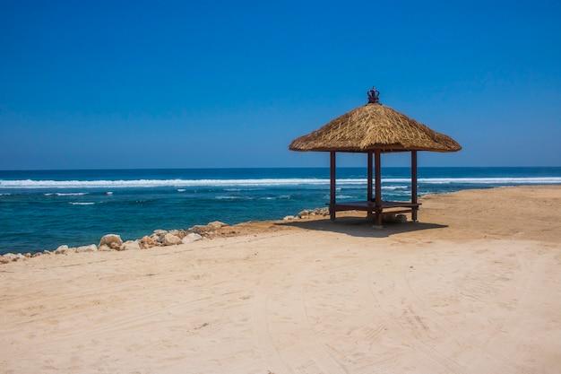 美しい夏のビーチの展望台の眺め