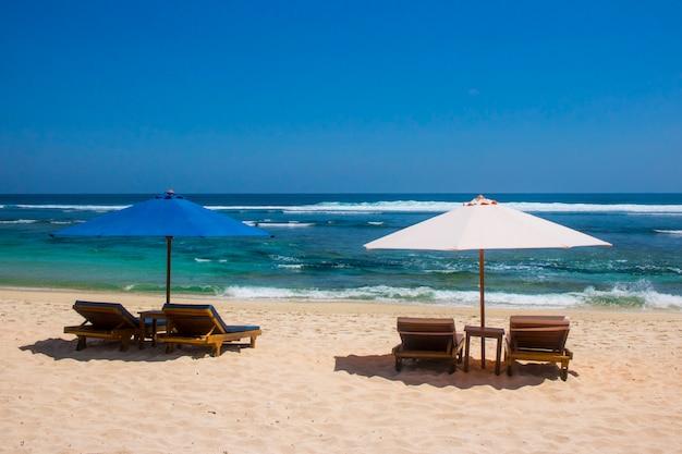 傘の椅子美しい夏のビーチの眺め