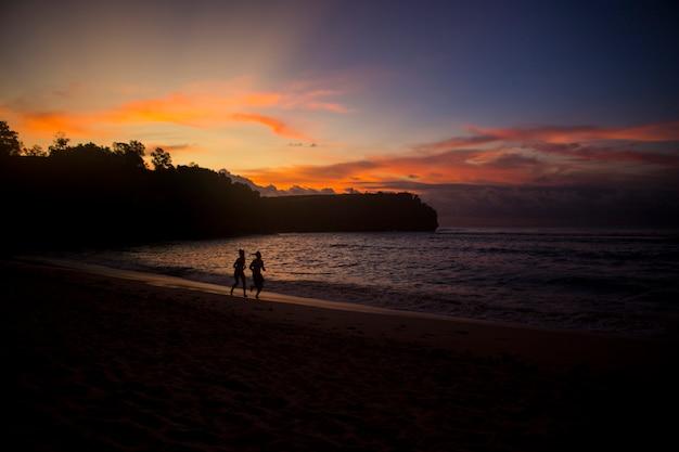 美しい夏のビーチの夕景