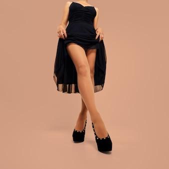 女の子のドレスを持ち上げると彼女の足を見せて
