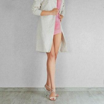 ハイヒールベージュサンダルで長い裸の女性の足