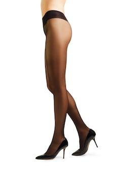 白で隔離されるパンストで完璧な女性の足