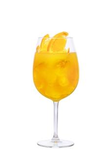 白で隔離されるワイングラスの冷たいサングリア