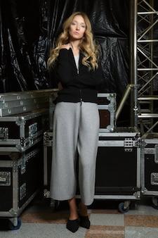ニットジッパーセーターとズボンでかわいい女の子