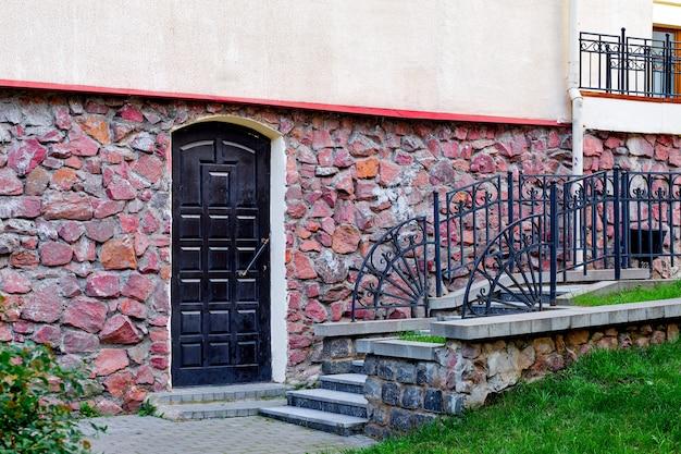 建物の階段と石の壁