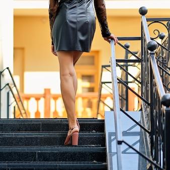 美しい女性の足の背面、階段
