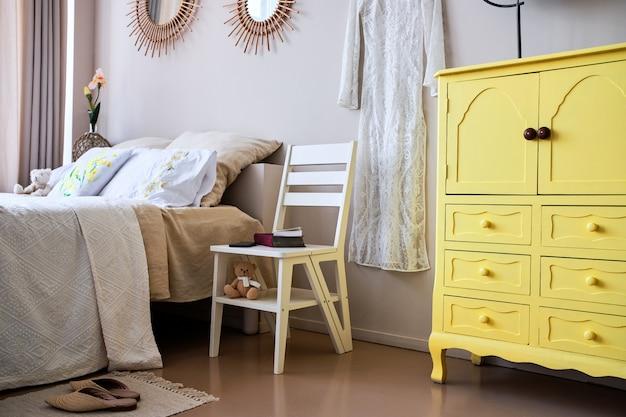 寝室での折りたたみ脚立椅子の使用